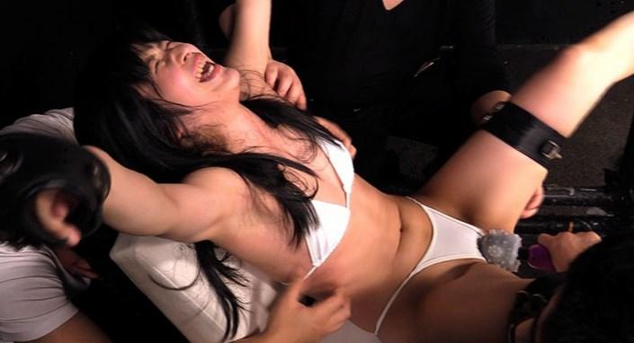 拘束されてくすぐり拷問にかけられる女の子