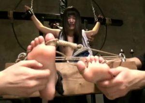 「くすぐられて壊れるキミの顔が見たい...」拘束され、くすぐり体罰で悶絶する木村つな!