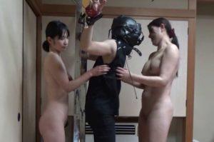 【CMNF】全頭マスクをつけられた男が、ロリ系&熟女系の2名の女性にくすぐられる!