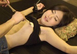 超絶美女が腋へのくすぐりと乳首責めで妖艶に悶える!