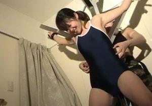女死刑執行人にスク水をめくられ美乳丸出しでくすぐり拷問をうける美少女