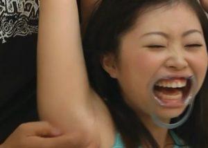 様々なシチュエーションで腋マンコを直接くすぐられて悶絶する女の子!おすすめです!