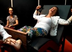 【YouTube】くすぐり専門店なのか!?足首をしっかりと固定され足の裏をくすぐられる白人熟女!