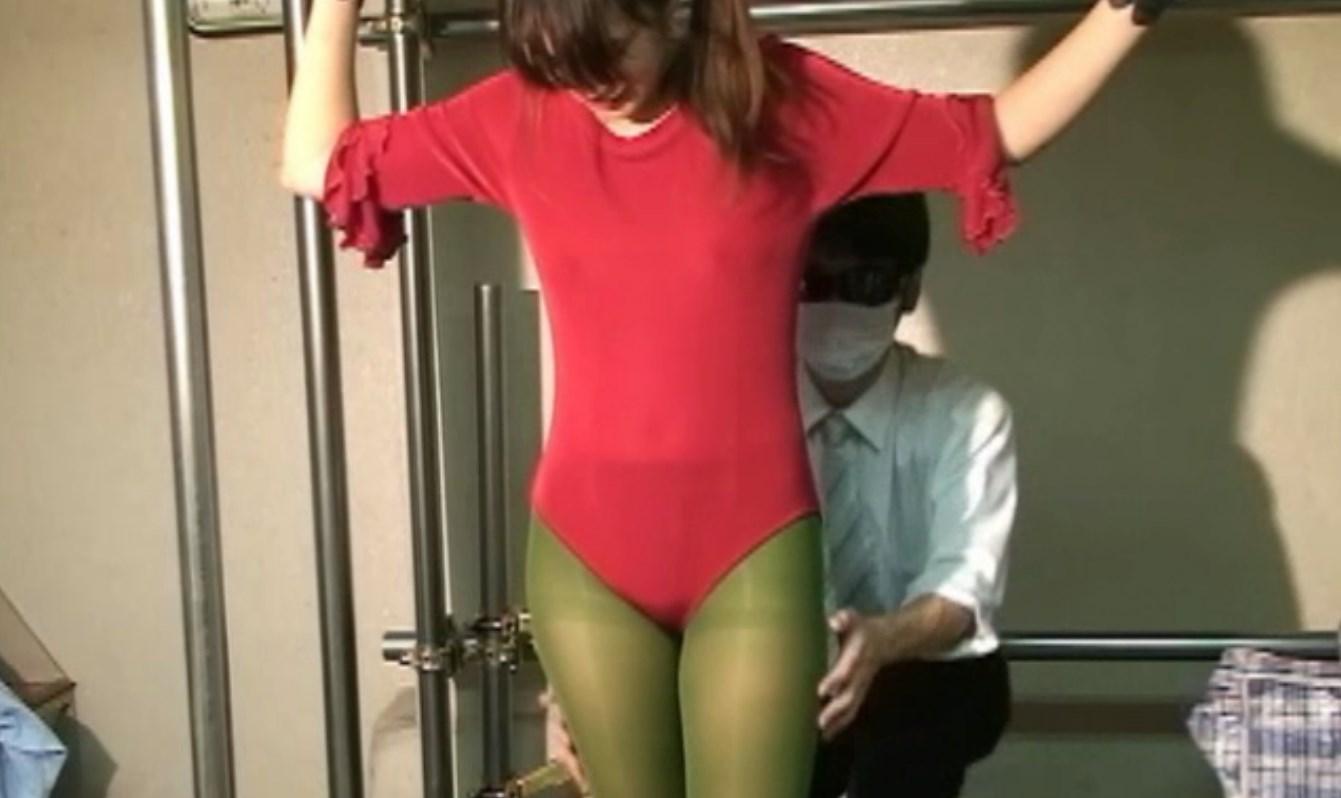 レオタードと緑タイツでくすぐられる美女