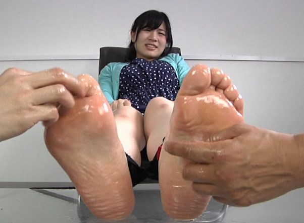 ローションでヌルヌルになった足の裏とパンチラがエロいww 足裏くすぐりの名作動画!