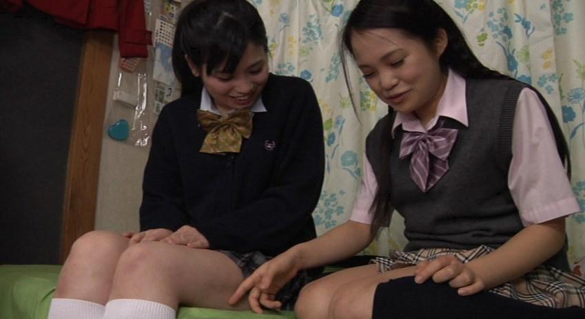 制服姿でレズくすぐりをする女子高生