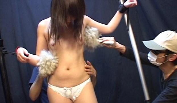 パンツ1枚の恥ずかしい姿でくすぐられる女子大生