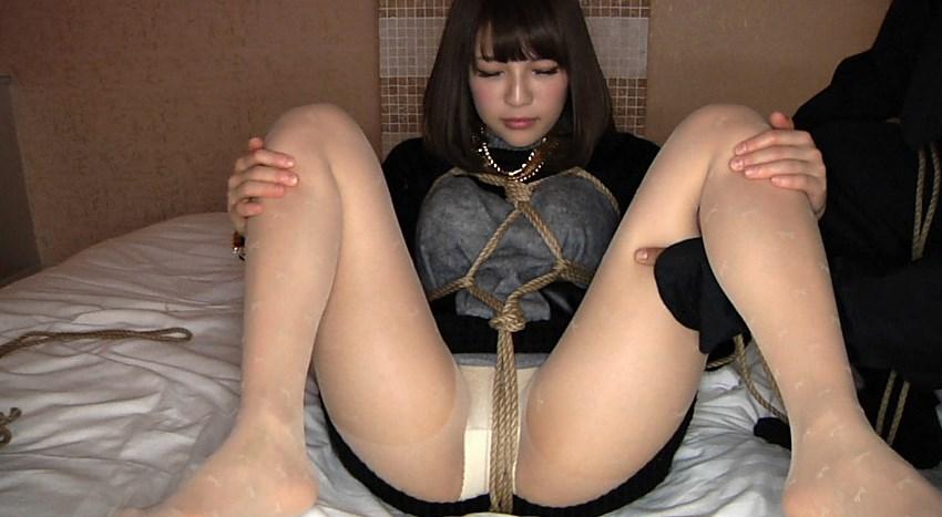 M字開脚で緊縛される美人ギャル